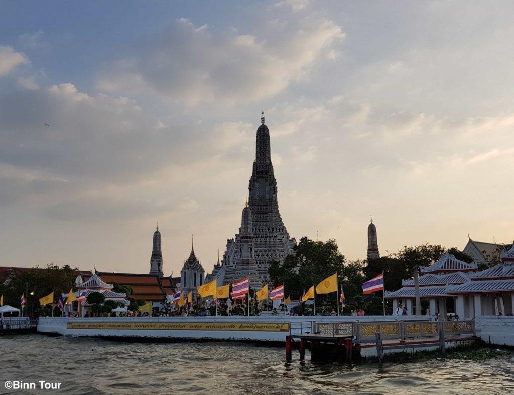 Der Wat Arun Tempel vom Chao Phraya Fluss gesehen