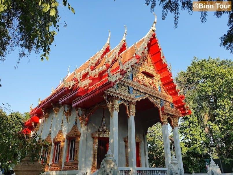 Front view of Wat Chark Daeng in Bang Kachao